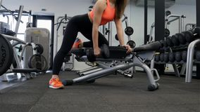 Exercício modelo do ajuste 'sexy' novo no gym com peso filme