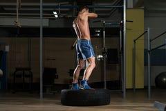 Exercício no Gym com o pneu do martelo e do trator Fotografia de Stock Royalty Free