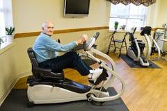 Exercício paciente masculino sênior da terapia física
