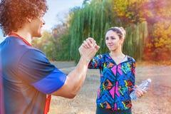Exercício - par desportivo que dá cinco altos entre si após o exercício fotografia de stock royalty free