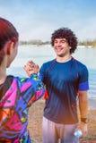 Exercício - pessoa que dá cinco altos entre si após o exercício foto de stock royalty free