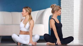 Exercício praticando da ioga da jovem mulher dois atlética bonita que mostra o gesto do namaste video estoque