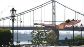 Exercício praticando do equilíbrio dos pilates da mulher apta video estoque