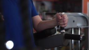 Exercício regular da imprensa do Abs do homem Tiro médio do torso no gym filme