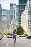 Exercício running em New York City - corredor masculino imagens de stock
