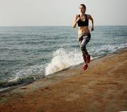 Exercício running que treina o conceito saudável da praia do estilo de vida imagem de stock royalty free