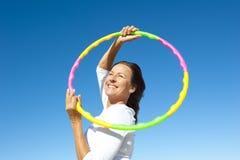 Exercício sênior ativo da aro do hula da mulher Imagens de Stock