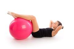 Exercício suíço do exercício da menina da criança da bola do fitball da aptidão Fotografia de Stock Royalty Free