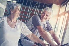 Exercício superior de dois povos no gym imagens de stock