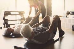 Exercício superior dos pares no centro de reabilitação fotografia de stock