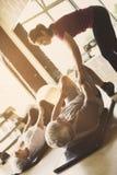 Exercício superior dos pares no centro de reabilitação foto de stock