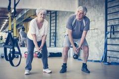 Exercício superior dos pares no gym foto de stock