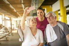Exercício superior dos pares no gym fotografia de stock royalty free