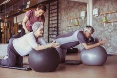 Exercício superior dos povos no centro de reabilitação imagem de stock