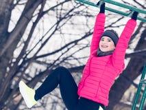Exercício urbano da mulher fora durante o inverno Foto de Stock