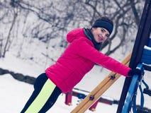 Exercício urbano da mulher fora durante o inverno Imagem de Stock Royalty Free