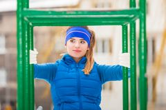 Exercício urbano vestindo do sportswear da mulher fora durante o inverno Fotos de Stock Royalty Free