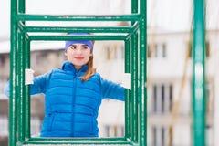 Exercício urbano vestindo do sportswear da mulher fora durante o inverno Foto de Stock Royalty Free