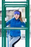 Exercício urbano vestindo do sportswear da mulher fora durante o inverno Foto de Stock