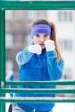 Exercício urbano vestindo do sportswear da mulher fora durante o inverno Imagens de Stock