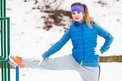 Exercício urbano vestindo do sportswear da mulher fora durante o inverno imagem de stock