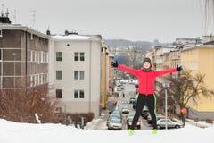 Exercício urbano vestindo do sportswear da mulher fora durante o inverno fotografia de stock