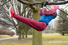 Exercício urbano vestindo do sportswear da mulher fora durante o outono foto de stock royalty free