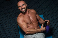 Exercícios abdominais com treinamento do halterofilismo de Kettlebell Imagens de Stock Royalty Free