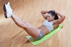 Exercícios atléticos da mostra do instrutor na ginástica Foto de Stock