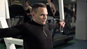 Exercícios consideráveis do homem no clube de aptidão Calorias de queimadura no gym , Conceito saudável e da aptidão do gym video estoque