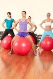 Exercícios da aptidão com esfera Imagem de Stock