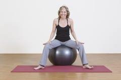 Exercícios da mulher com bola dos pilates Imagem de Stock Royalty Free