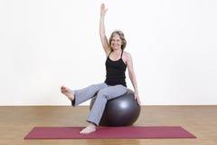 Exercícios da mulher com bola dos pilates Fotos de Stock
