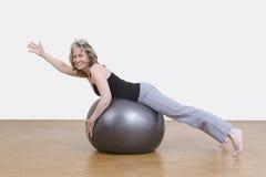 Exercícios da mulher com bola dos pilates Foto de Stock Royalty Free
