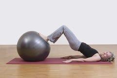 Exercícios da mulher com bola dos pilates Fotos de Stock Royalty Free