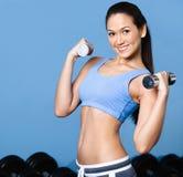 Exercícios da mulher com dumbbells Imagem de Stock