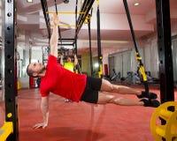 Exercícios de formação da aptidão TRX na mulher e no homem do gym Imagens de Stock Royalty Free