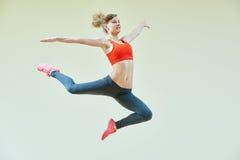 Exercícios de salto da aptidão da ginástica aeróbica Fotos de Stock Royalty Free