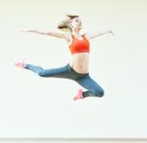 Exercícios de salto da aptidão da ginástica aeróbica Imagem de Stock Royalty Free