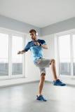Exercícios do exercício do homem Aptidão Exercising Indoors modelo masculino Foto de Stock Royalty Free