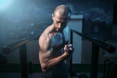 Exercícios do homem dos esportes com elástico elástico imagem de stock royalty free
