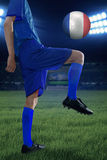 Exercícios do jogador de futebol com uma bola Fotos de Stock