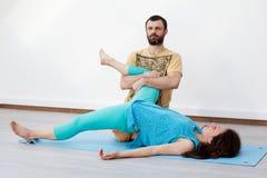 Exercícios dos pares massage foto de stock royalty free