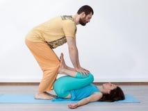 Exercícios dos pares massage fotos de stock
