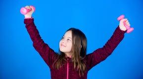 Exercícios fáceis com peso Para o corpo mais forte Conceito da reabilitação menina que exercita com dumbbell novato imagens de stock royalty free