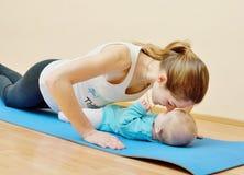 Exercícios junto com o bebê Foto de Stock Royalty Free