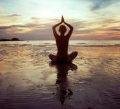 Exercícios na praia Imagem de Stock Royalty Free