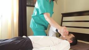 Exercícios terapêuticos para adultos aos braços vídeos de arquivo