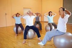 Exercícios traseiros com esfera suíça Fotos de Stock Royalty Free
