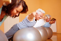 Exercícios traseiros em esferas suíças Imagem de Stock